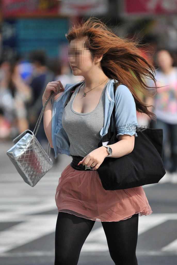 デカい乳房を揺らしながら歩く素人さん (18)