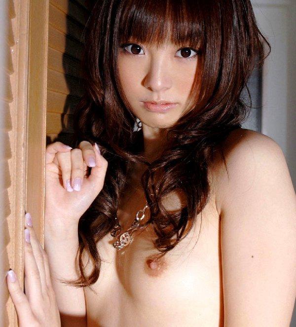 ちっちゃい乳房とキュートな乳首 (1)