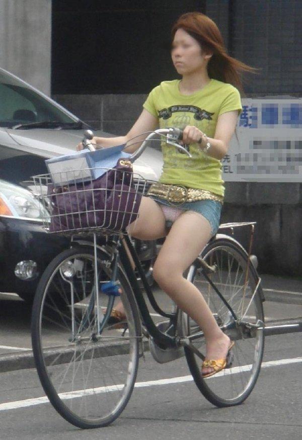 チャリに乗ったら下着を見られた女の子 (12)