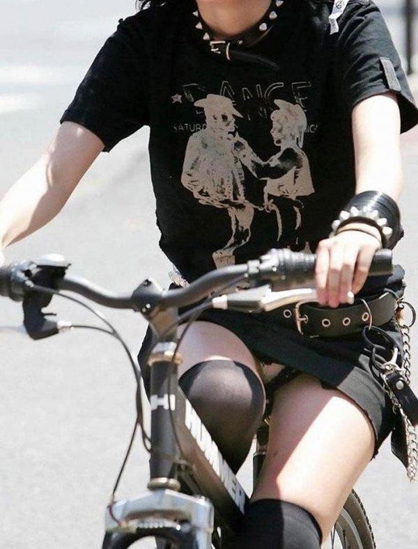 チャリに乗ったら下着を見られた女の子 (4)