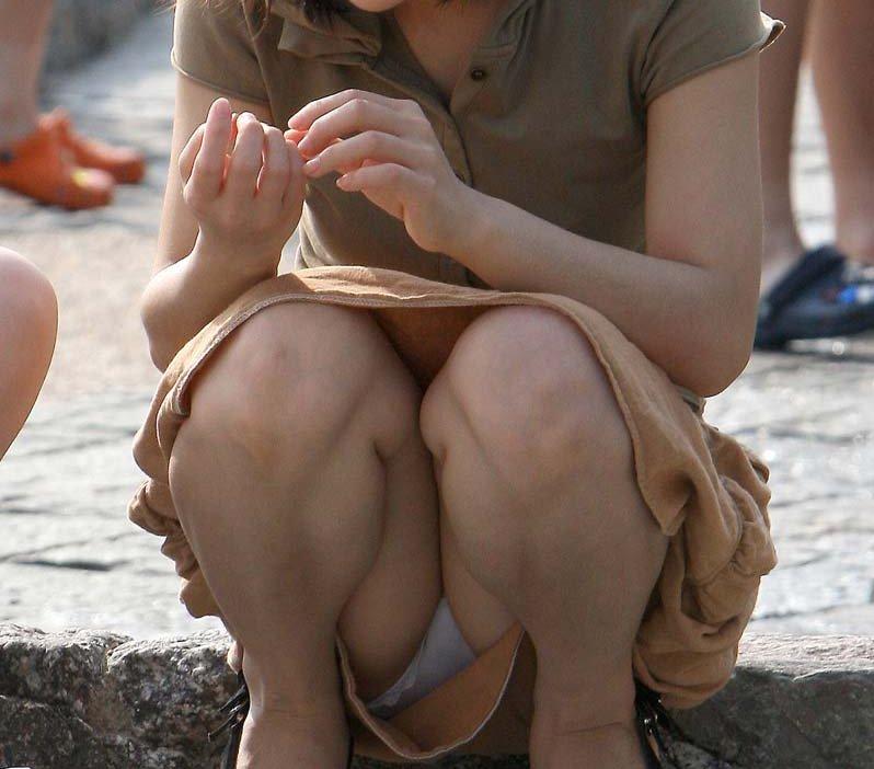 スカートの隙間から見えている下着 (9)