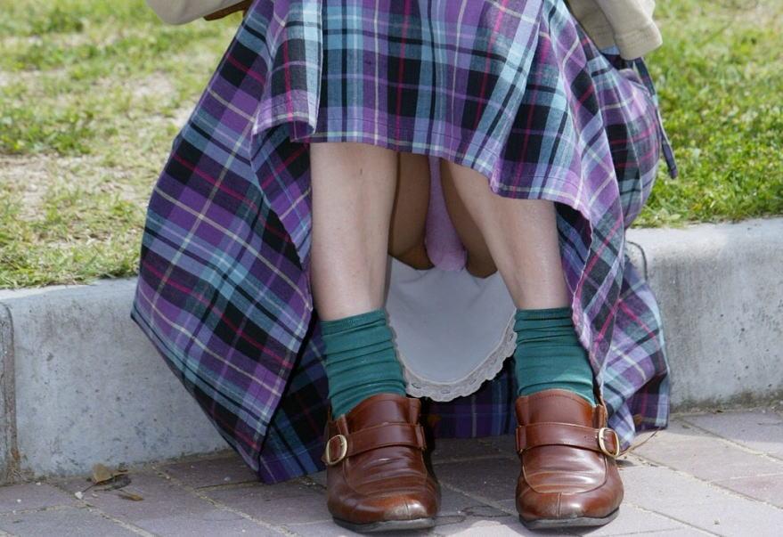 スカートの隙間から見えている下着 (5)