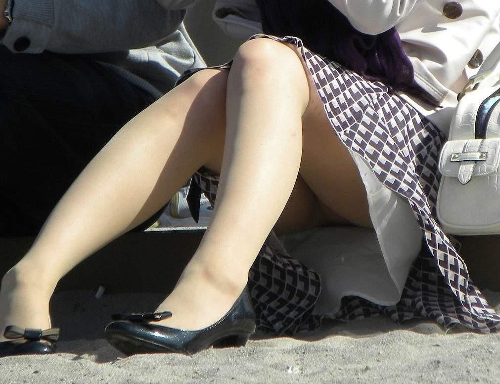 スカートの隙間から見えている下着 (13)