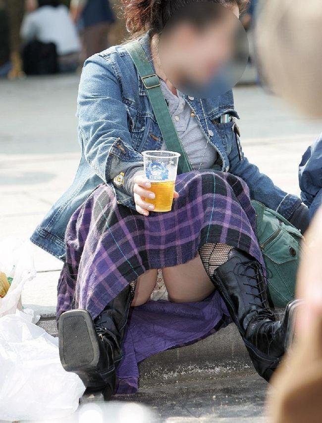 ミニスカートから下着が丸見えになってる素人さん (13)
