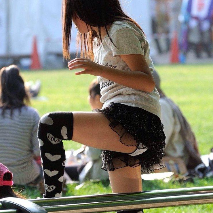 ミニスカートから下着が丸見えになってる素人さん (1)