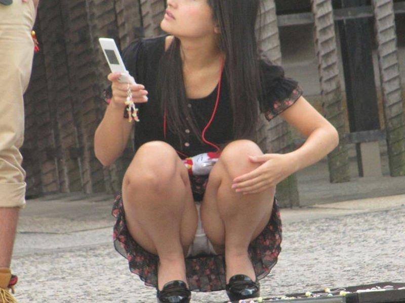 太腿の間から下着が見えてる素人さん (2)