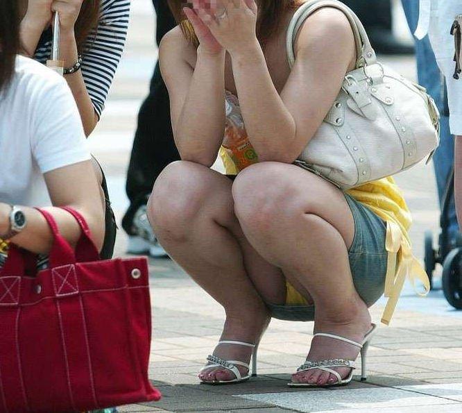 太腿の間から下着が見えてる素人さん (3)