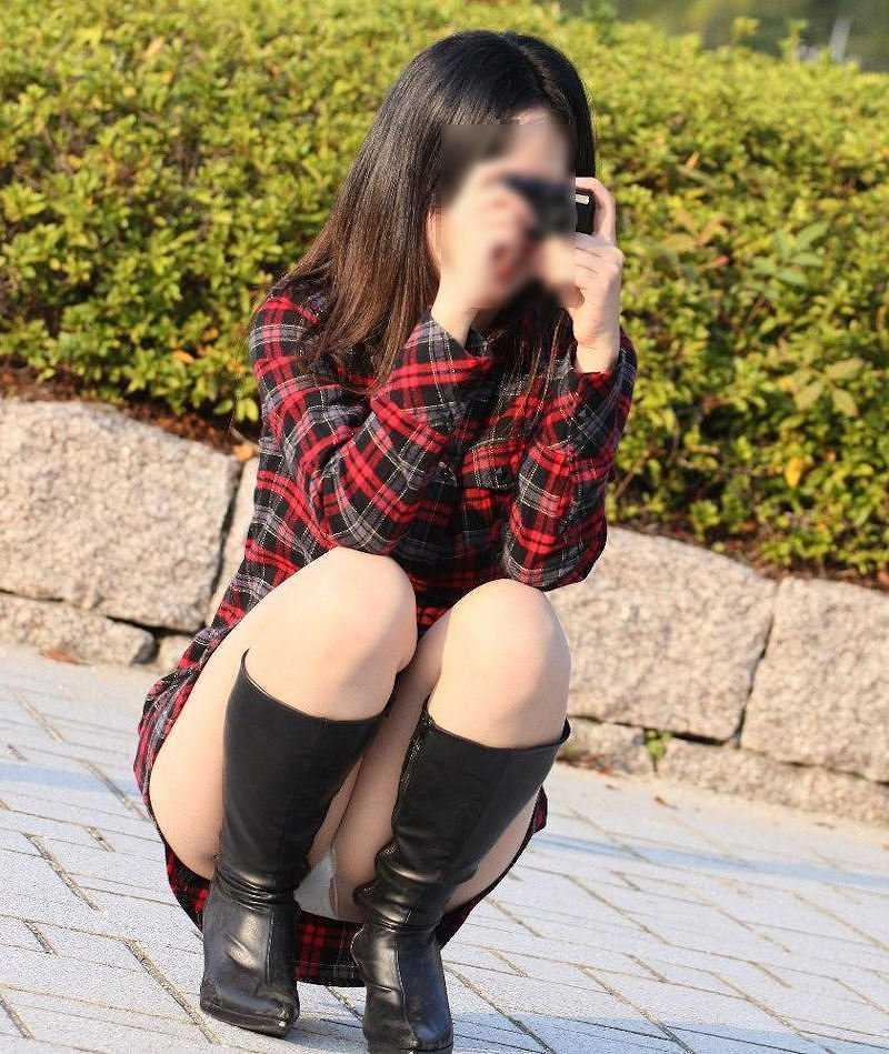 太腿の間から下着が見えてる素人さん (16)