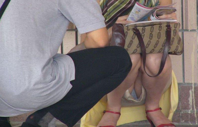 太腿の間から下着が見えてる素人さん (11)