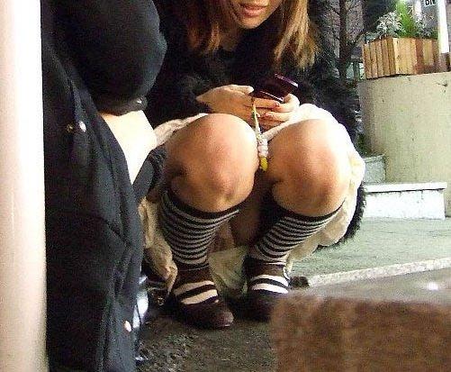 太腿の間から下着が見えてる素人さん (9)