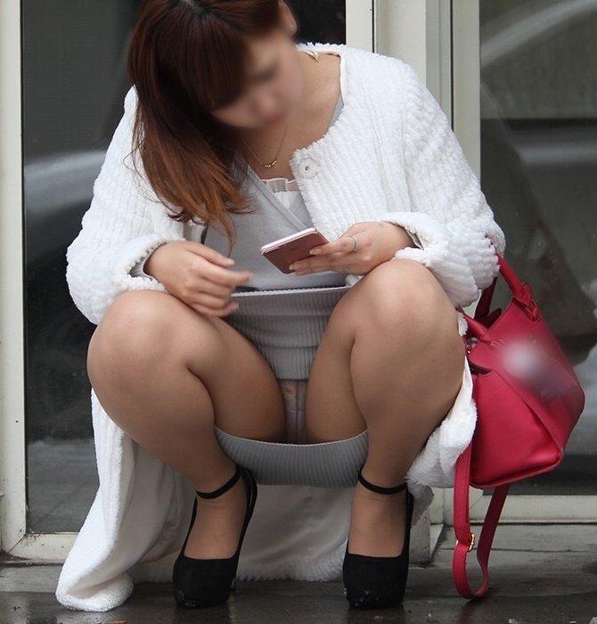 太腿の間から下着が見えてる素人さん (1)