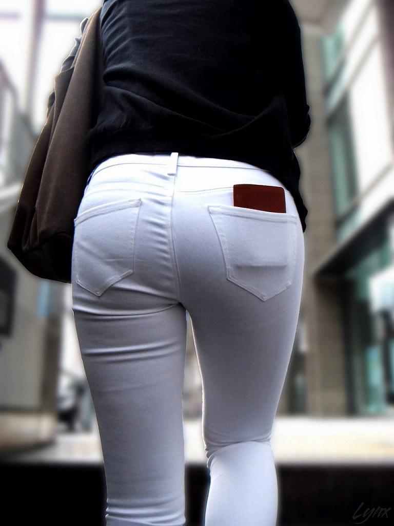 肌にフィットしているジーンズから下着が透けてる (18)
