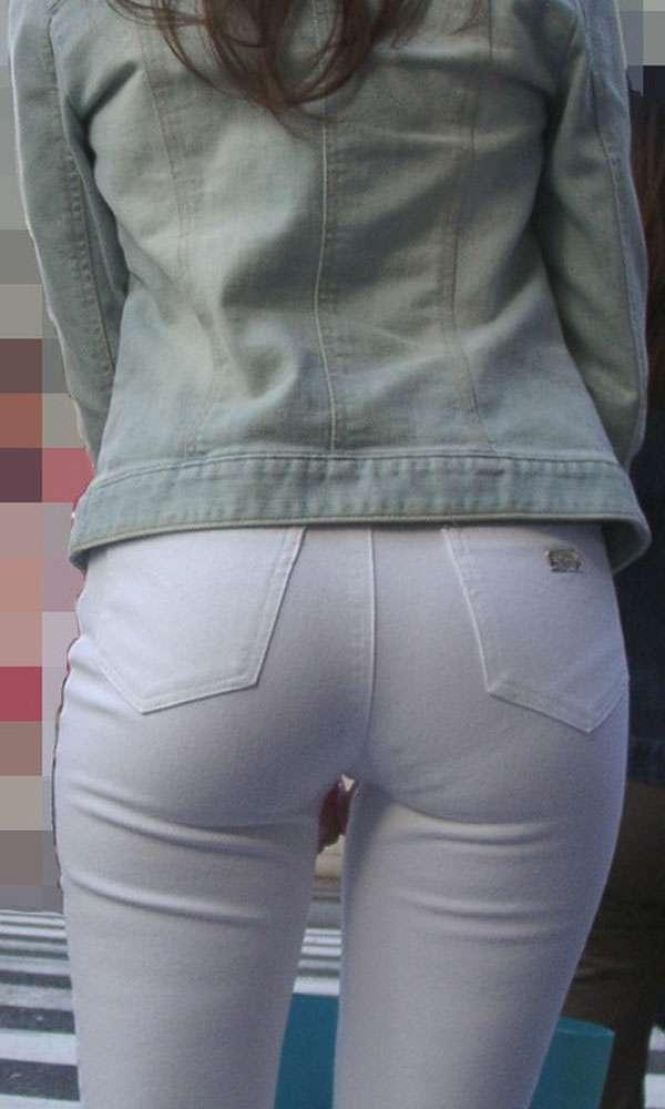 肌にフィットしているジーンズから下着が透けてる (3)