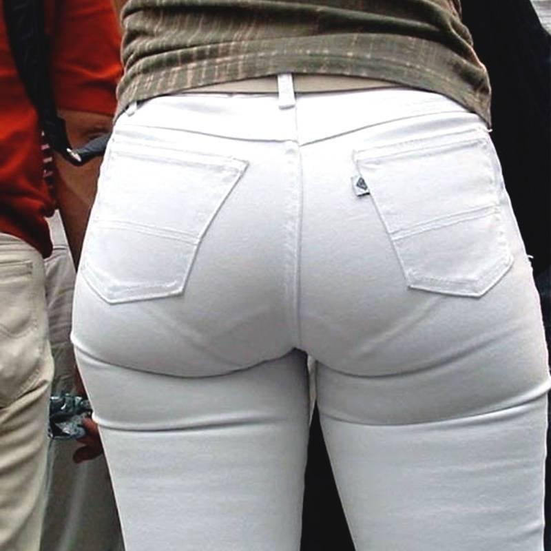 肌にフィットしているジーンズから下着が透けてる (1)