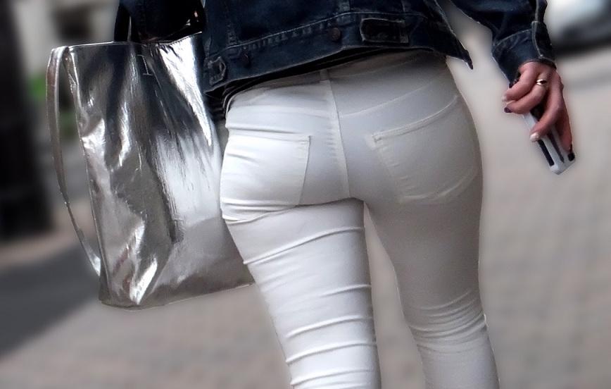 肌にフィットしているジーンズから下着が透けてる (6)