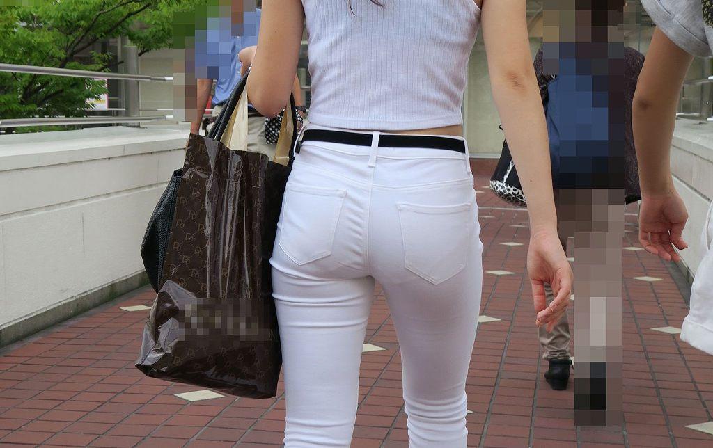 肌にフィットしているジーンズから下着が透けてる (10)