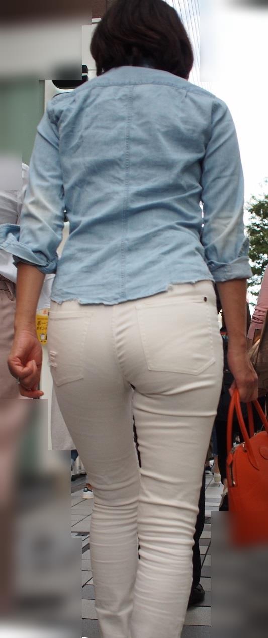 肌にフィットしているジーンズから下着が透けてる (4)