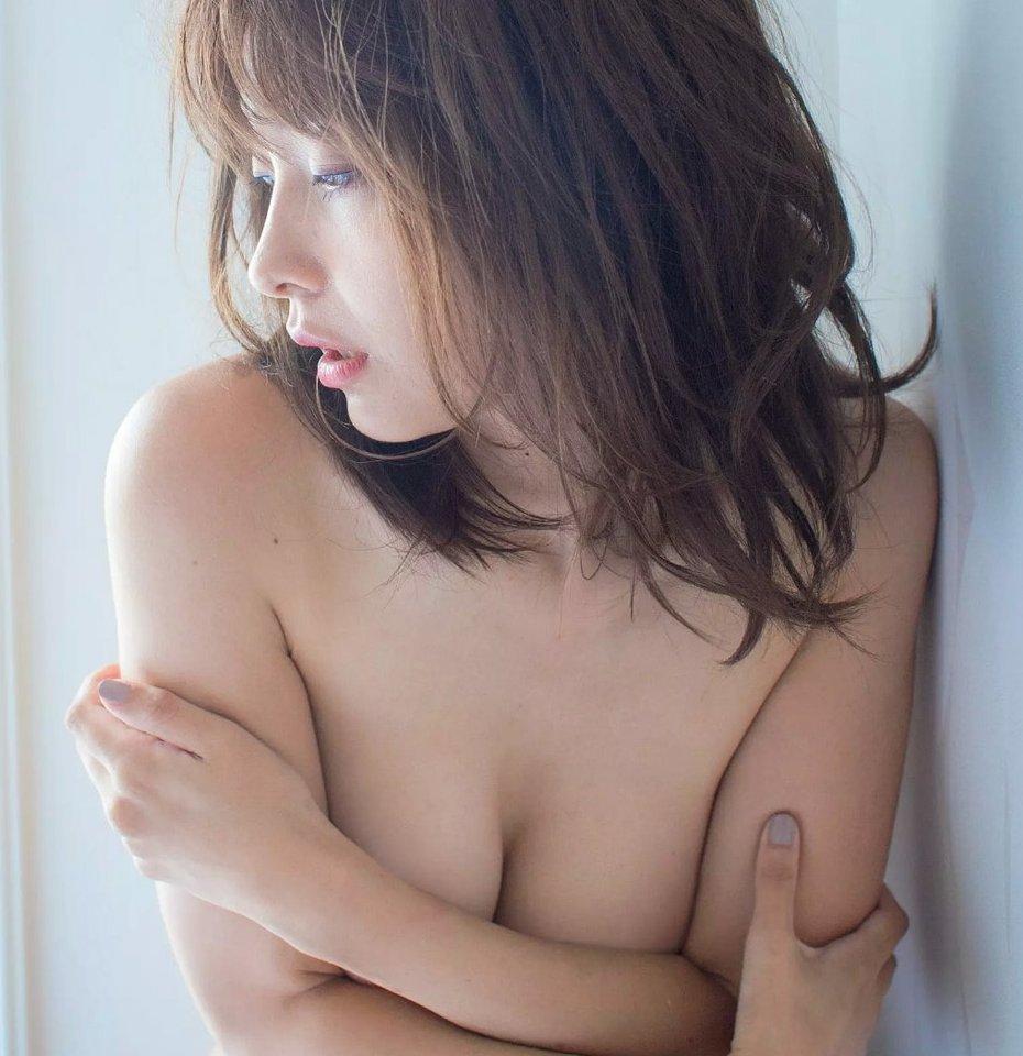 セクシーな色気全開のグラビアアイドル、山崎真実 (1)