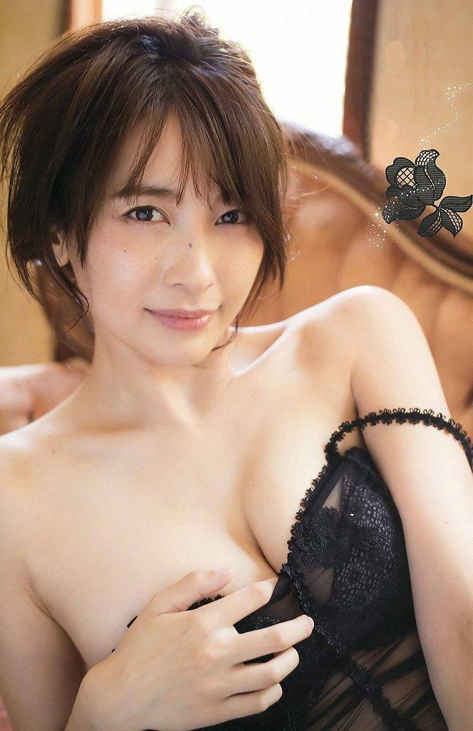 セクシーな色気全開のグラビアアイドル、山崎真実 (19)