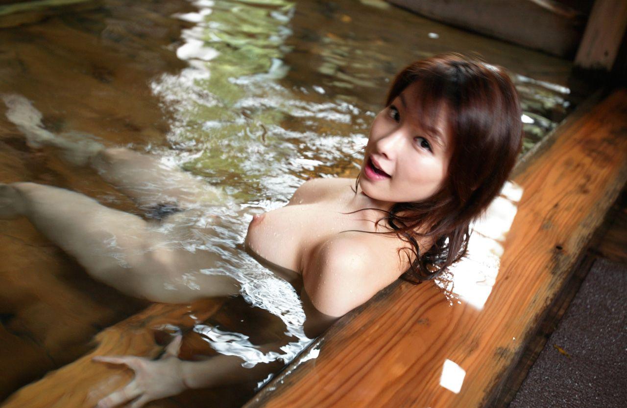 浴槽に浮かぶ美乳を揉みたい (7)