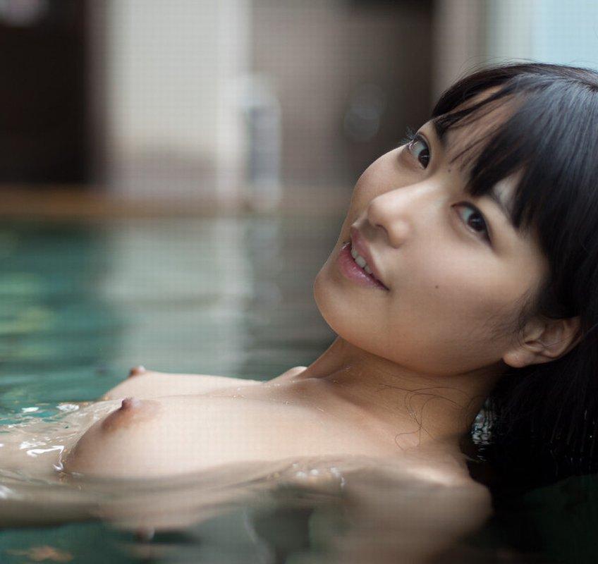 浴槽に浮かぶ美乳を揉みたい (1)