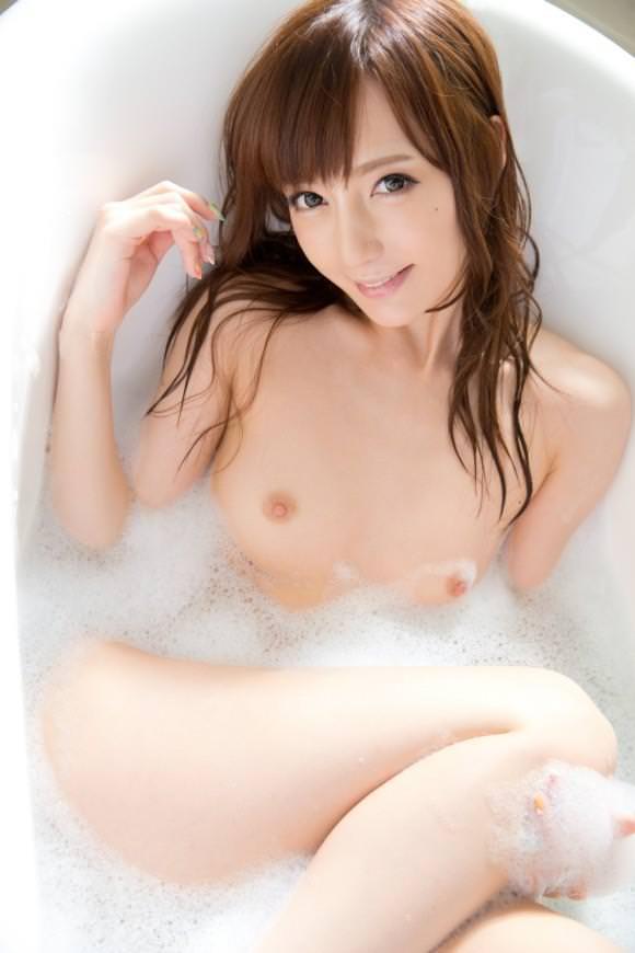 体中に泡がついている素っ裸の女の子 (19)