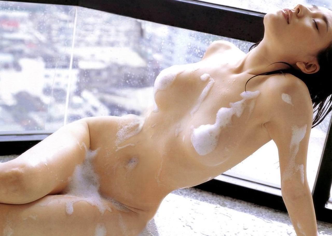 体中に泡がついている素っ裸の女の子 (8)