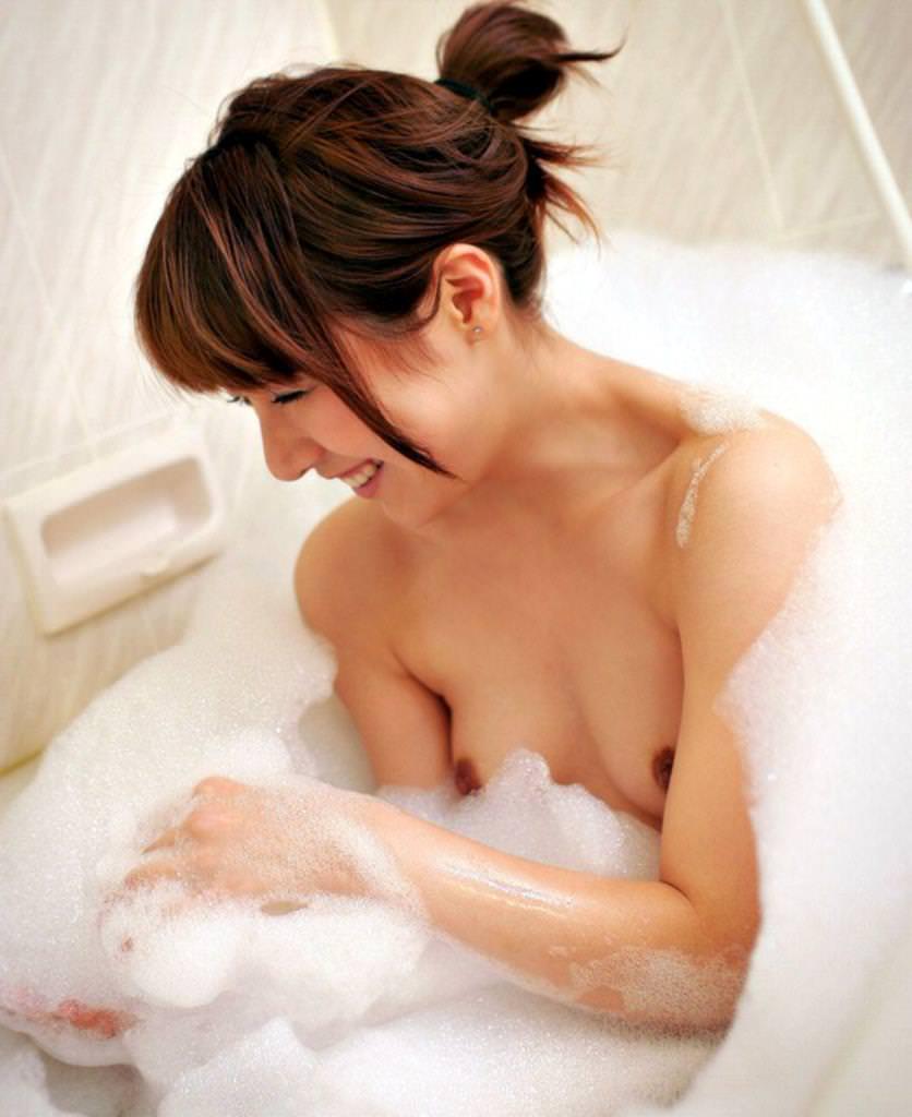体中に泡がついている素っ裸の女の子 (6)