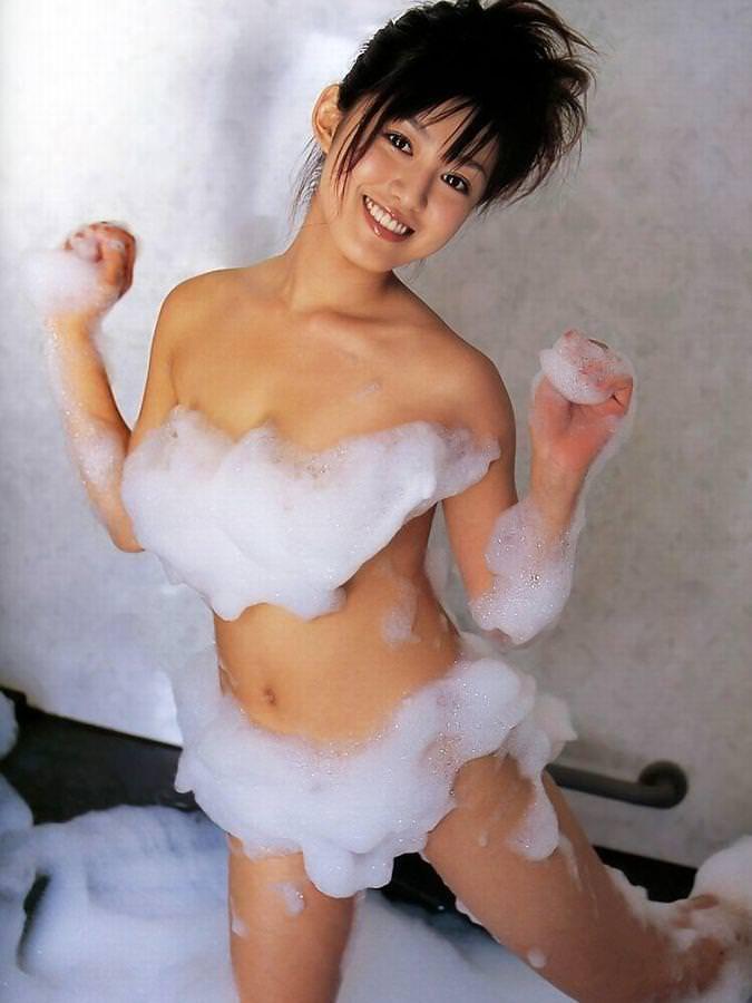 体中に泡がついている素っ裸の女の子 (2)