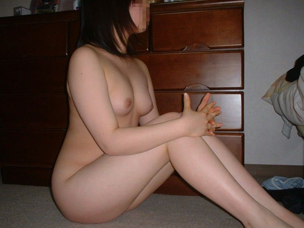 部屋の中で素っ裸になる素人さん (11)