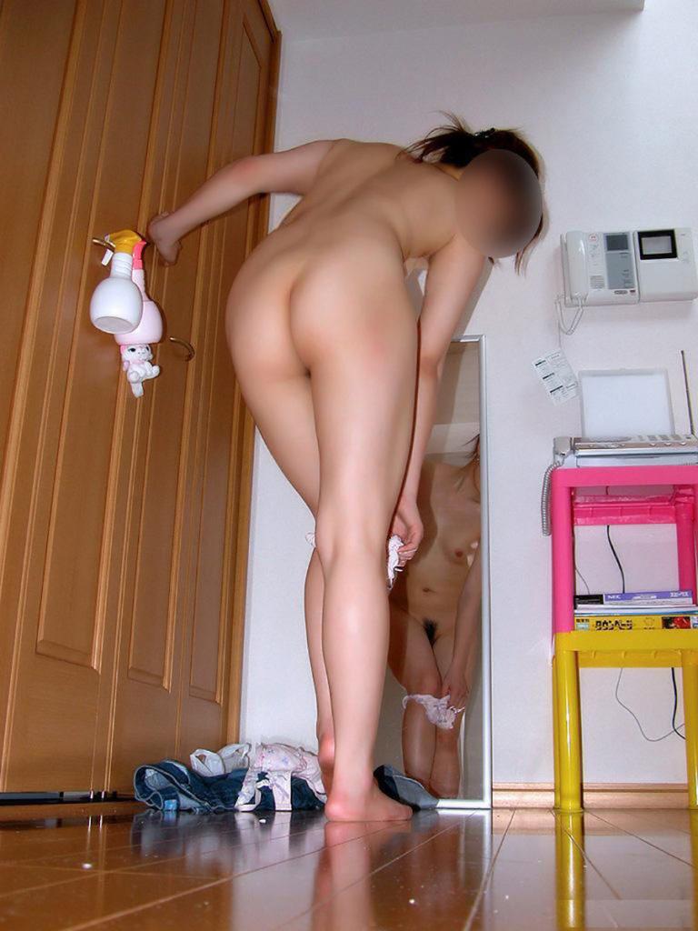 部屋の中で素っ裸になる素人さん (3)