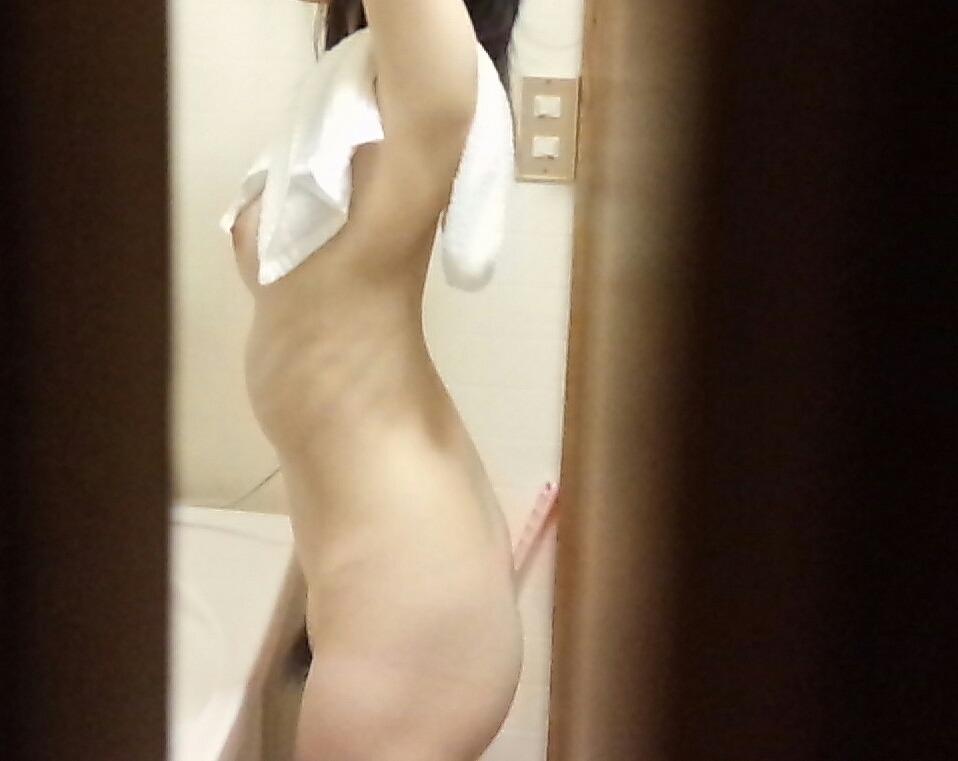 部屋の中で素っ裸になる素人さん (15)