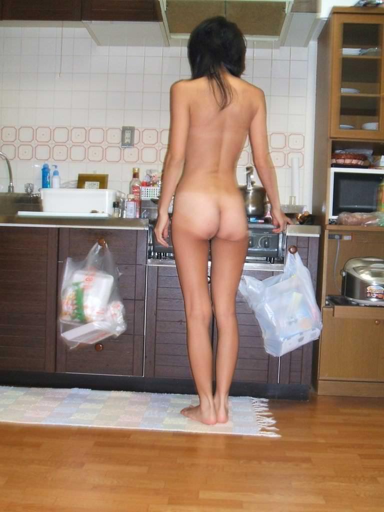 部屋の中で素っ裸になる素人さん (12)
