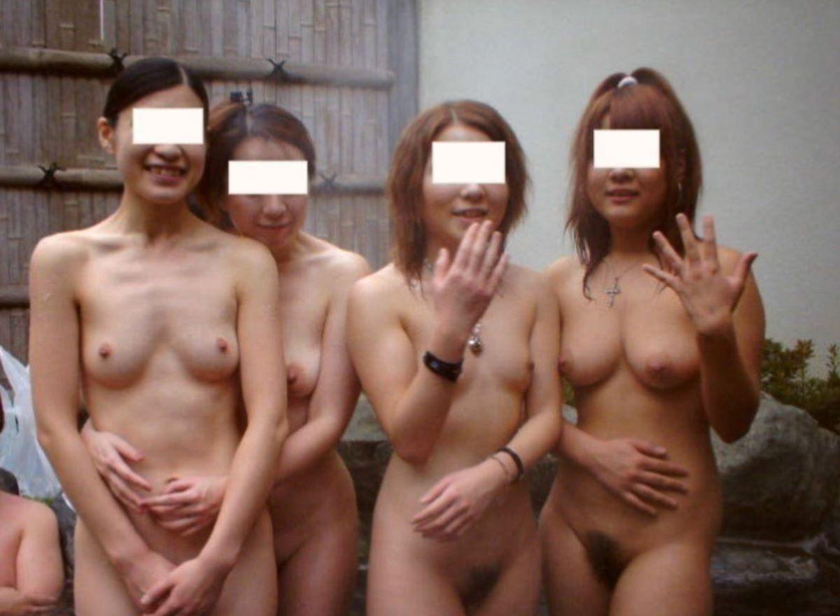 素っ裸なのに風呂場で写真に撮られた素人さん (9)