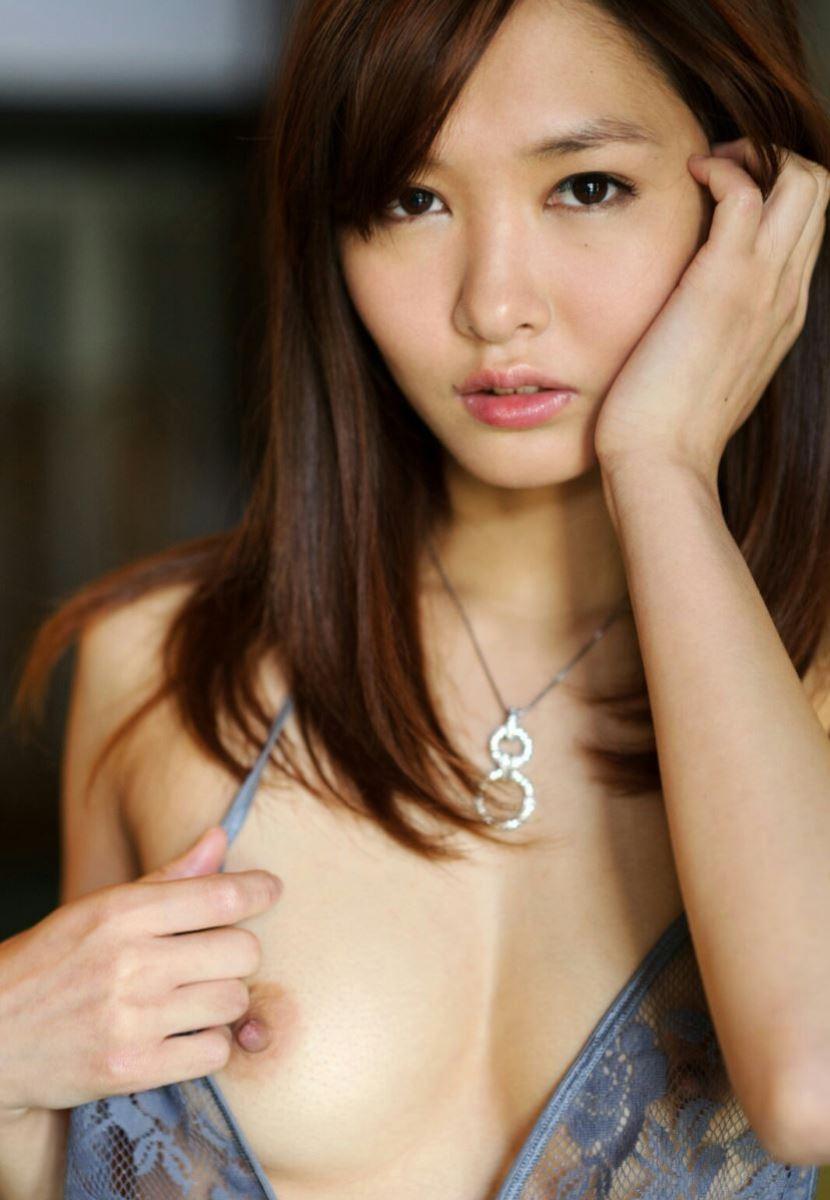 片側だけ乳房を露出させる女の子 (2)