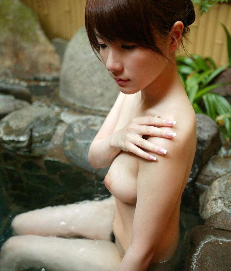 風呂に入る素っ裸で綺麗な女の子たち (3)