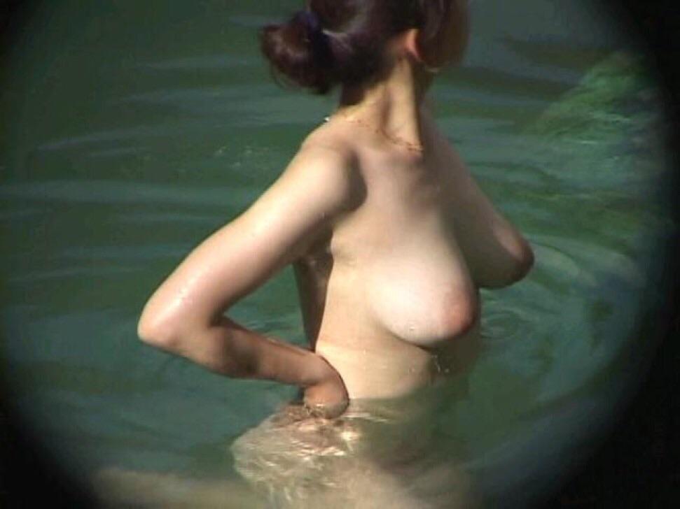 爆乳の素人さんが露天風呂に入ってる (3)