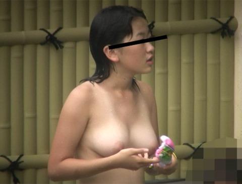 爆乳の素人さんが露天風呂に入ってる (11)