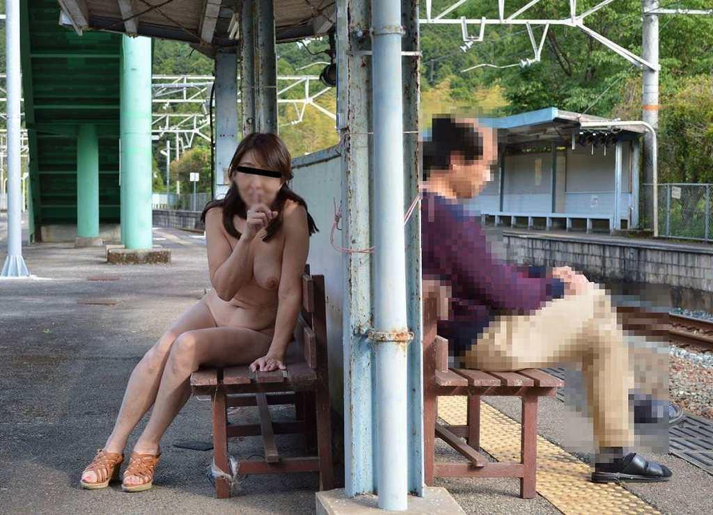 屋外で全裸になっちゃう露出狂さん (14)