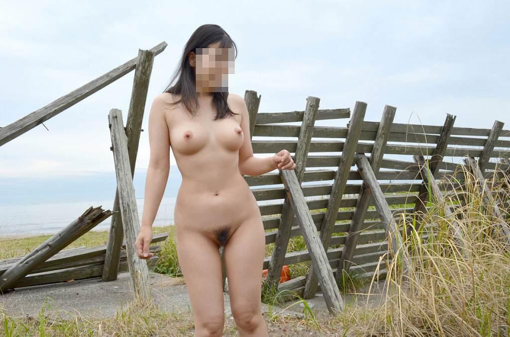 素っ裸で記念撮影しちゃう素人さん (16)