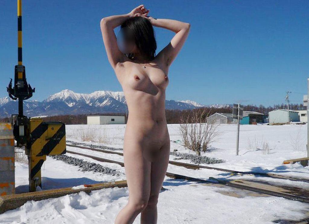 素っ裸で記念撮影しちゃう素人さん (20)