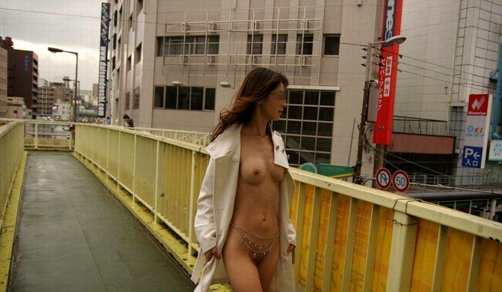 素っ裸で記念撮影しちゃう素人さん (10)