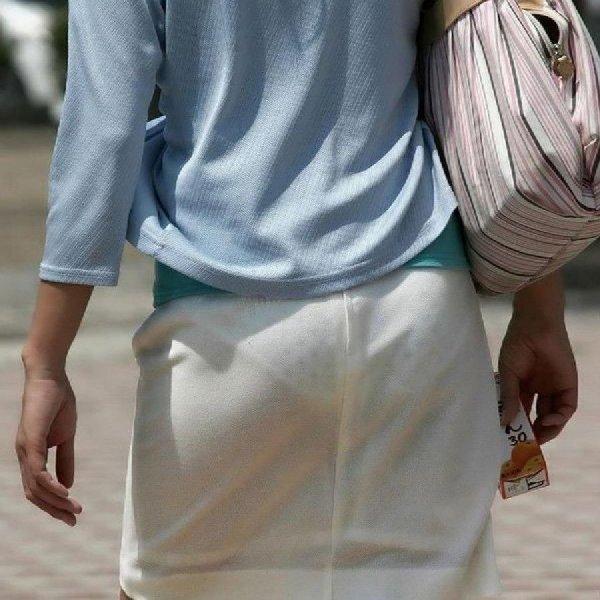 下着が透けたまま街を歩く女の子 (1)
