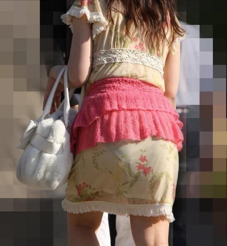 下着が透けたまま街を歩く女の子 (6)