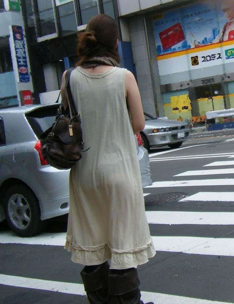 下着が透けたまま街を歩く女の子 (16)
