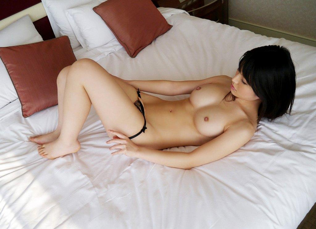 服や下着を脱いでいる最中の女の子 (11)