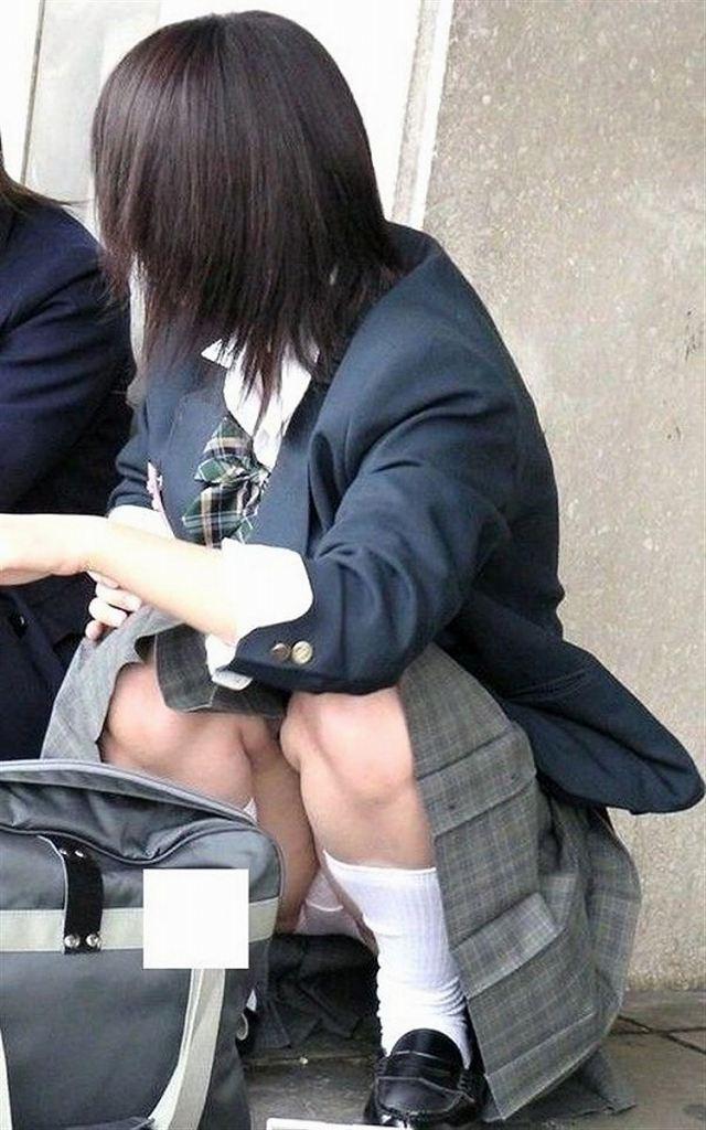 スカートの中からパンツがモロ見えになっている素人さん (19)
