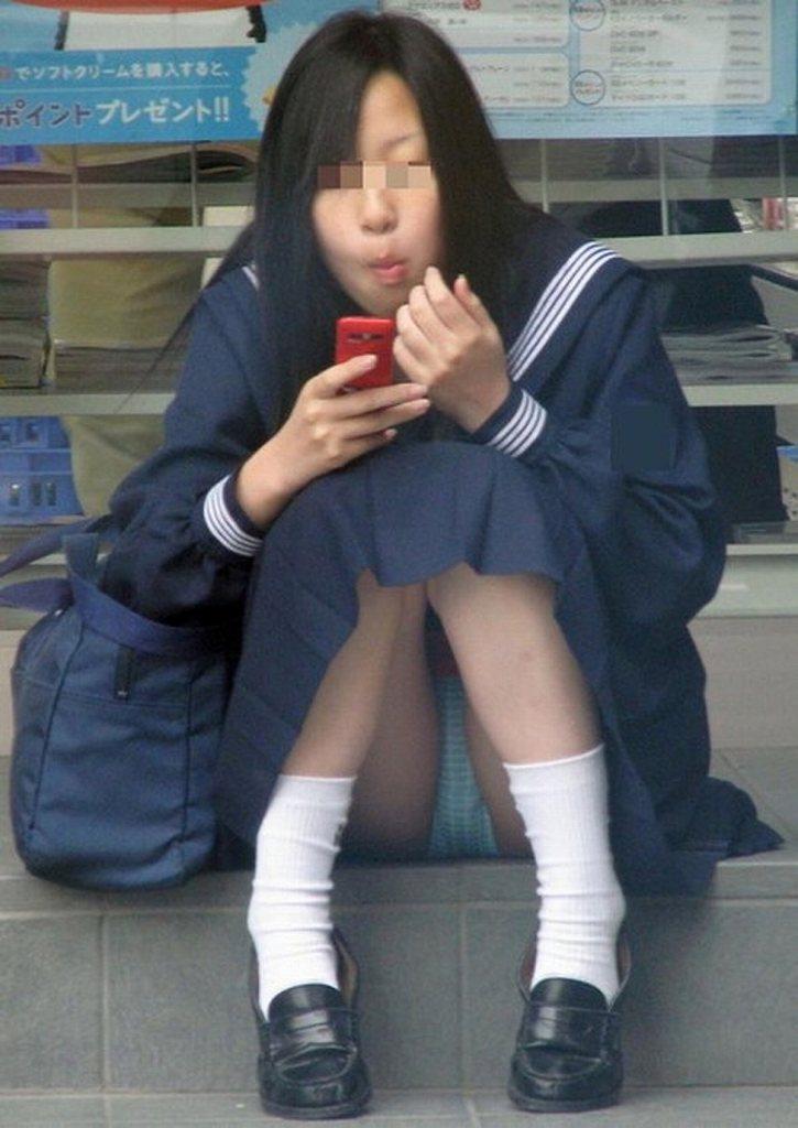 スカートの中からパンツがモロ見えになっている素人さん (17)
