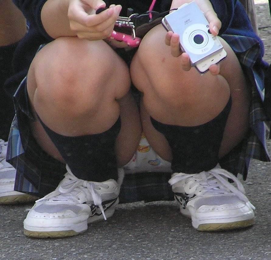 スカートの中からパンツがモロ見えになっている素人さん (16)