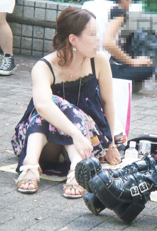 スカートの中からパンツがモロ見えになっている素人さん (7)